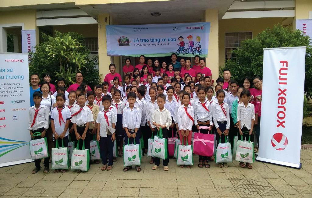 Fuji Xerox Vietnam cooperates with SCC to give nearly 100 bicycles to disadvantaged Children