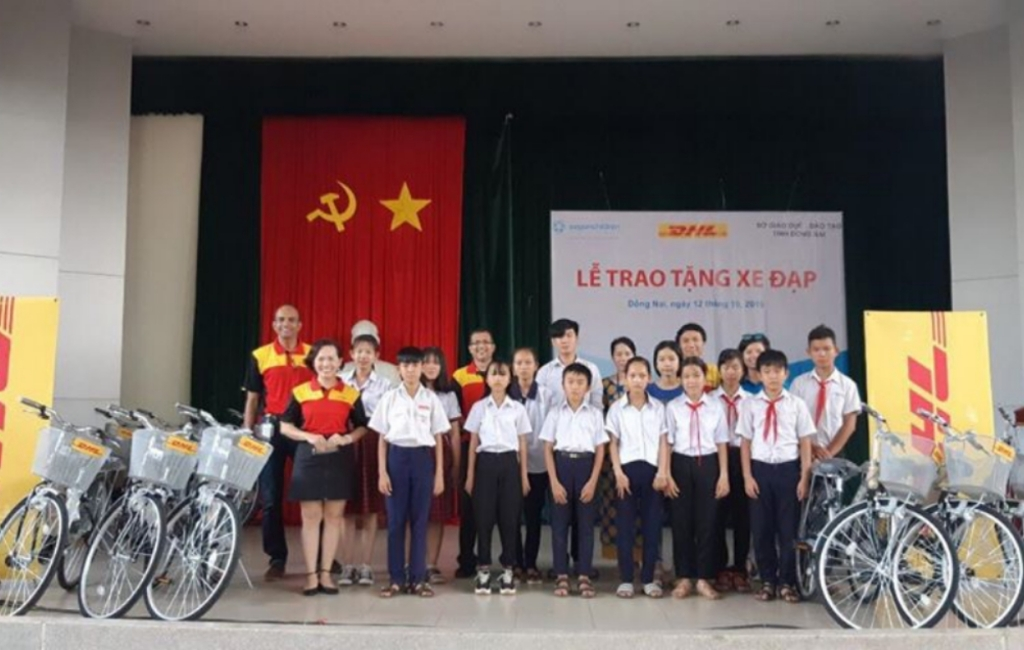 DHL-VNPT Express donates bicycles to disadvantaged students in Dong Nai province