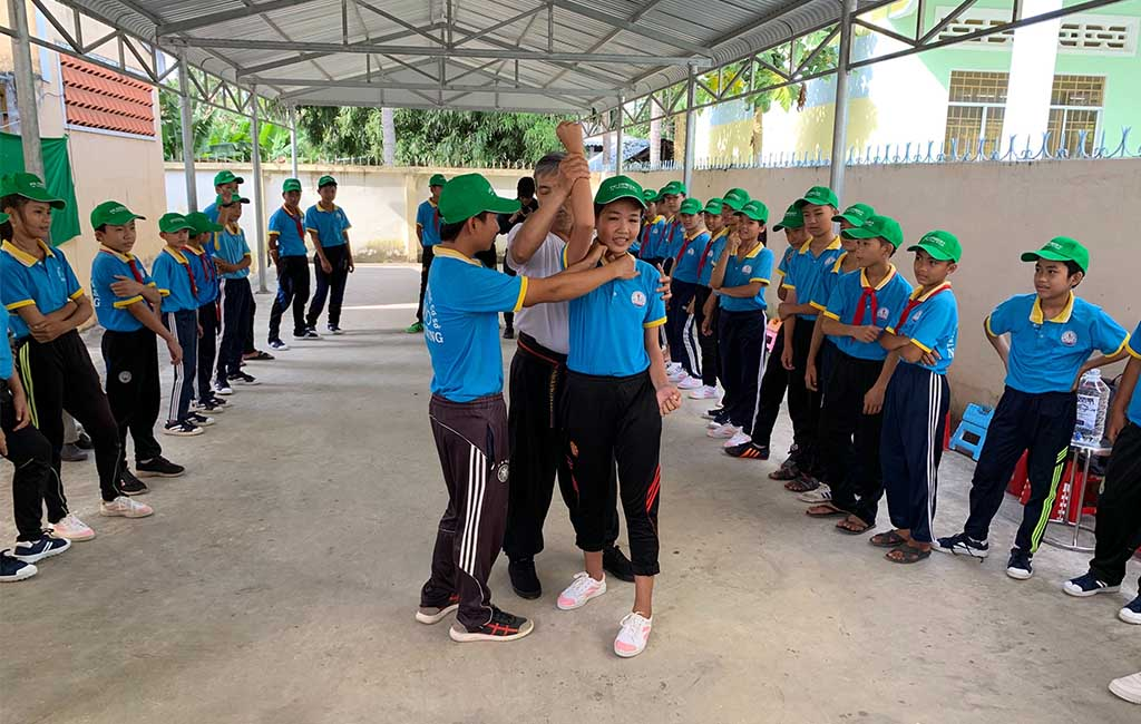 Over 100 underprivileged students in Tra vinh was given scholarships and taught self-defense