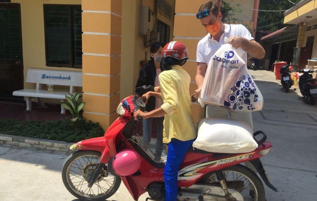 210 gói hỗ trợ khẩn cấp được trao tay gia đình khó khăn nhờ KONE Việt Nam